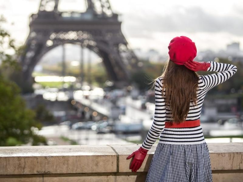Эйфелева башня и девушка на мосту