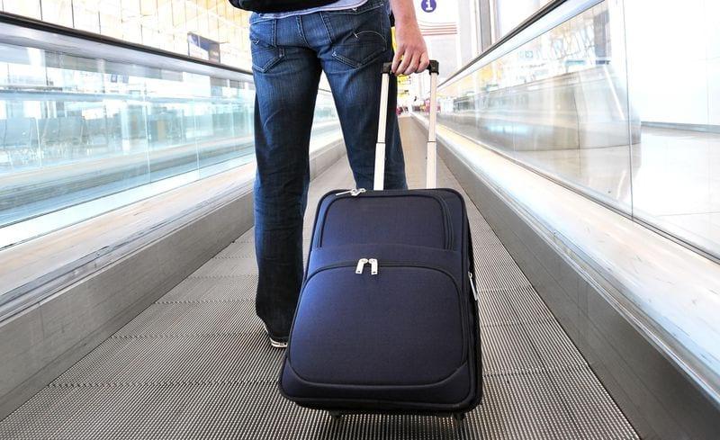 В аэропорте с чемоданом