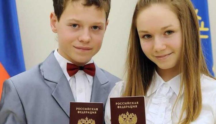 Подростки с паспортами