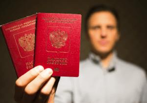 Мужчина с паспортами