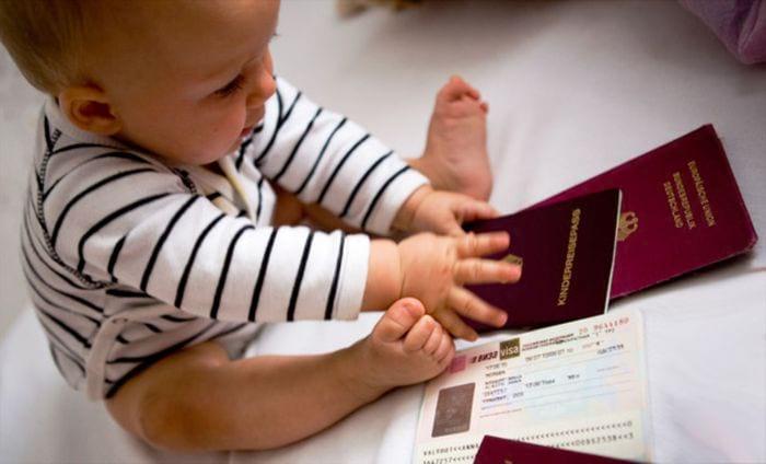 Малыш играющий с документами