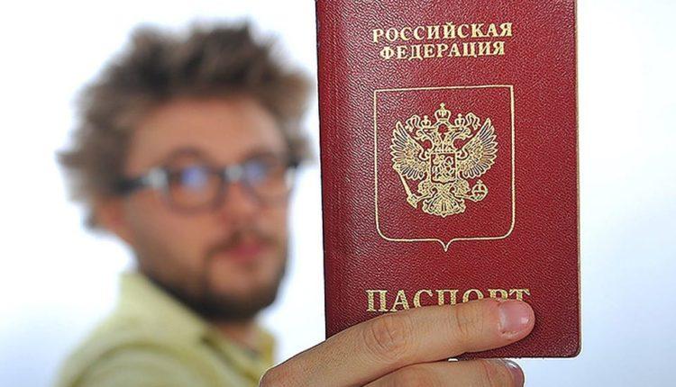 Мужчина с паспортом РФ